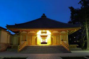 長円寺にて葬儀式を行い、 故人を霊山浄土(りょうぜんじょうど= お釈迦様の住む世界)へと導きます