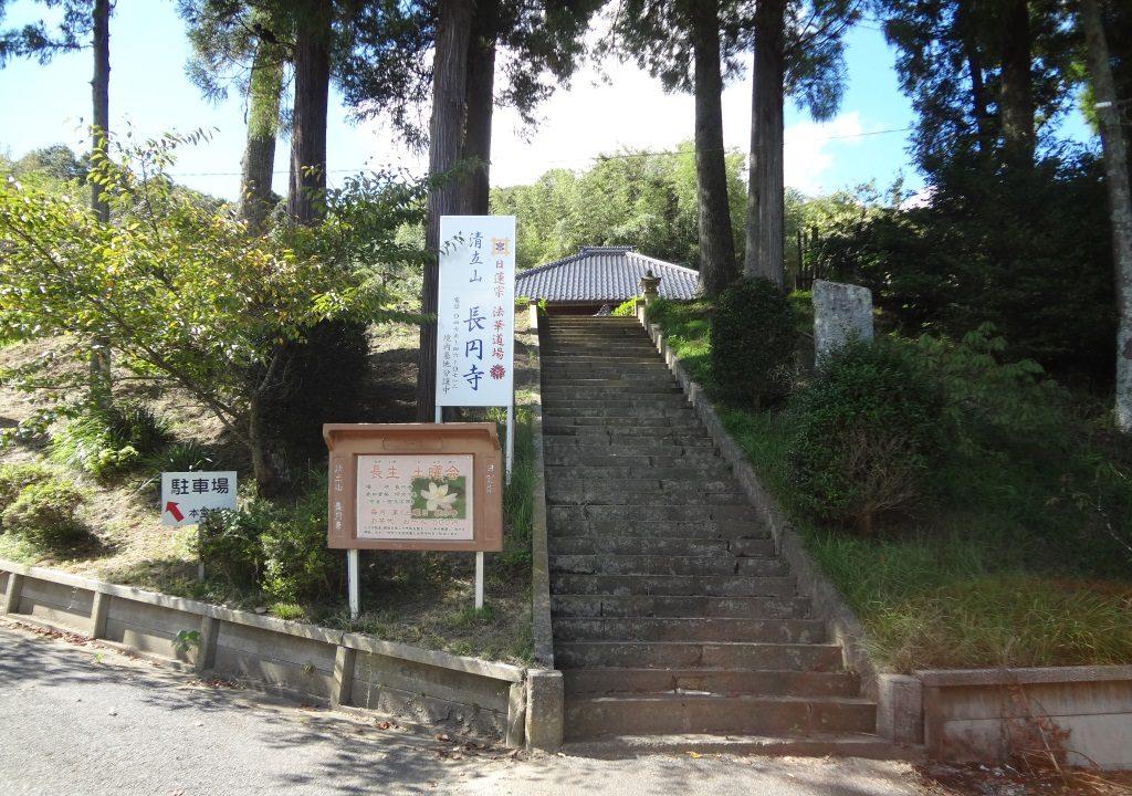 境内に続く階段